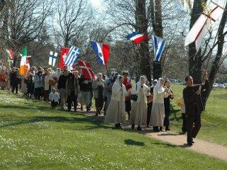 세계 여러 나라 깃발과 함께 가나안 행진