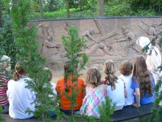 예수고난동산에서 설명을</br>듣고 있는 어린이들