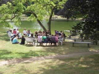 호수가에서 한 자매와</br>담화를 나누는 십대들