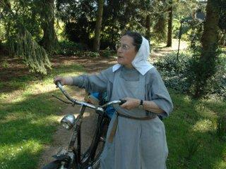 자전거 타고 정원일 돌보기